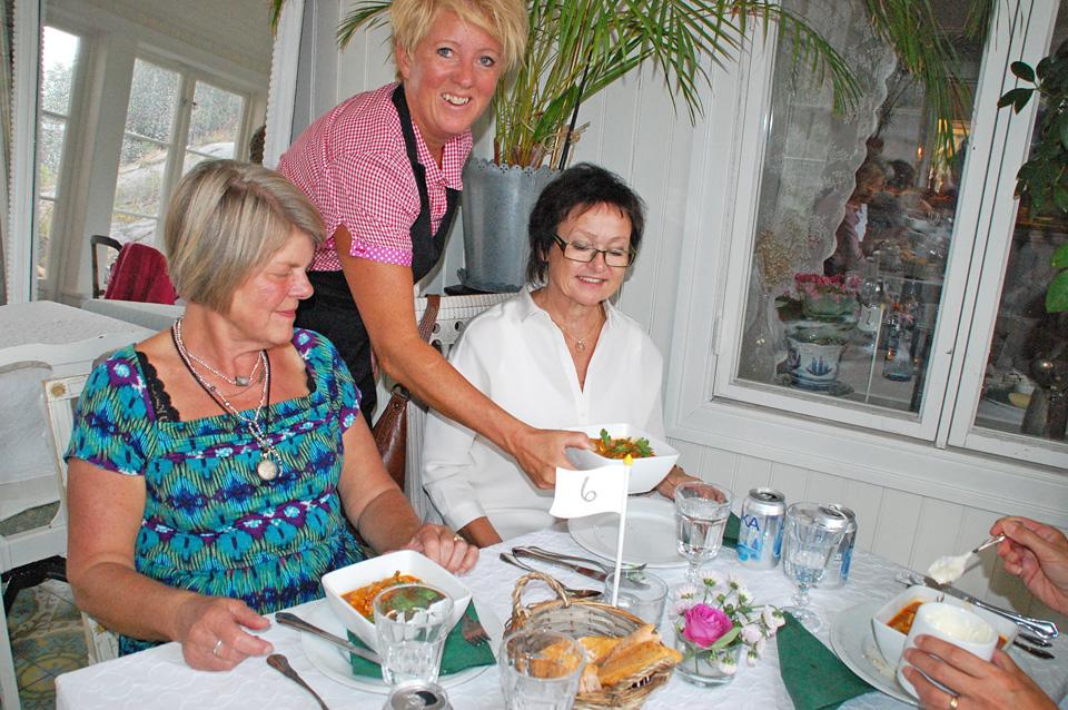Märtas mat serverar cateringpersonal